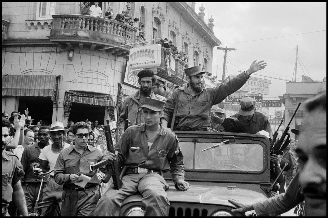 CUBA. Santa Clara. 1959. Fidel CASTRO in progression in the city's street