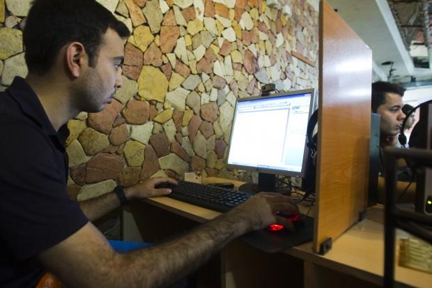A customer uses a computer at an internet cafe in Tehran. (Photo: REUTERS/Raheb Homavandi)