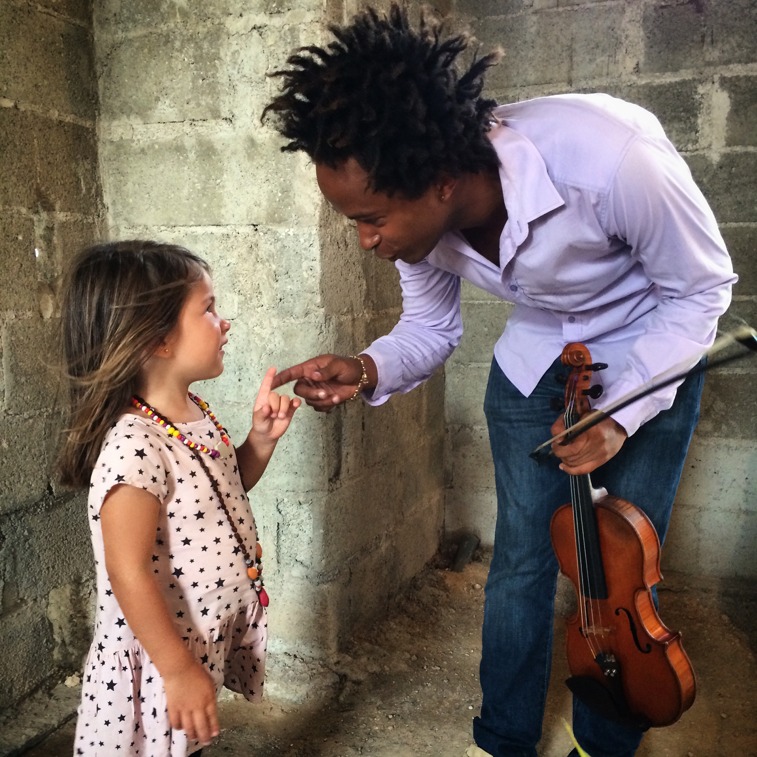 Violinist Alejandro Junco chats with a young classical music