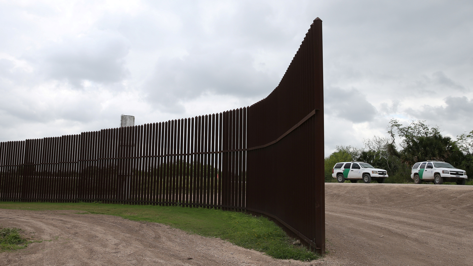 a gap in the border wall between the US and Mexico