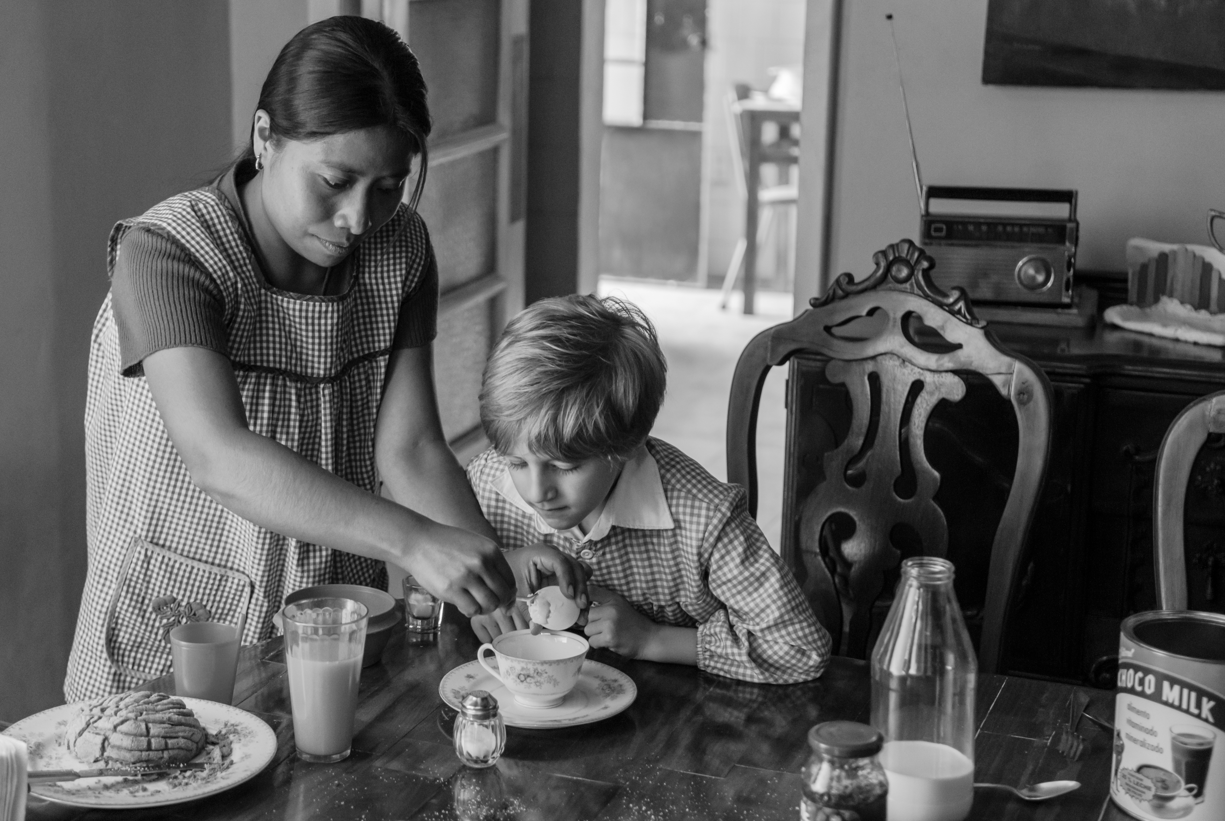 Yalitza Aparicio with child in the set of the film Roma