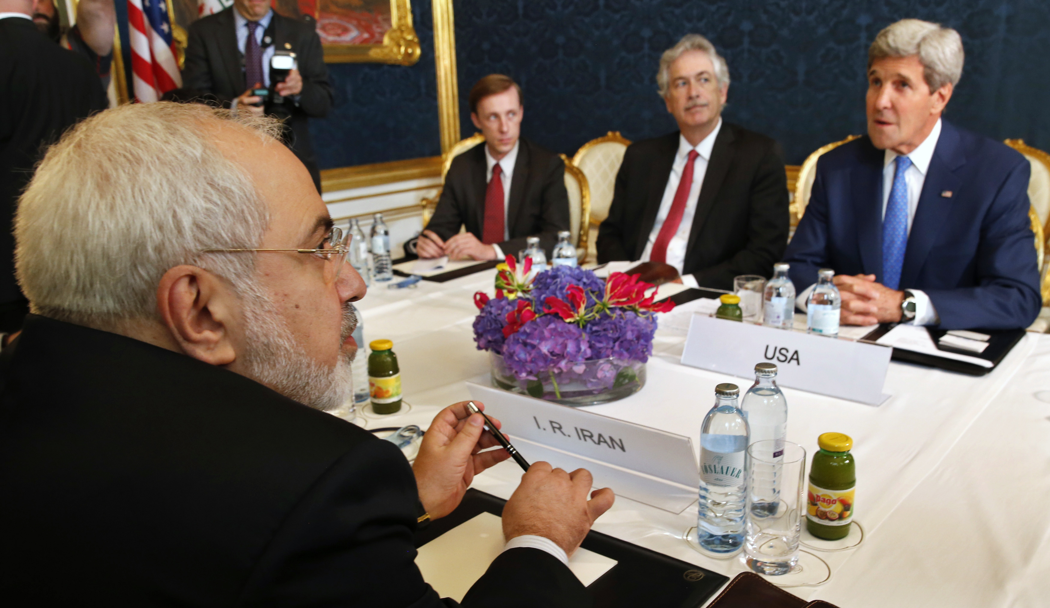 Iran's Foreign Minister Javad Zarif (L) holds a bilateral meeting with U.S. Secretary of State John Kerry (R) on the second straight day of talks over Tehran's nuclear program in Vienna, July 14, 2014.