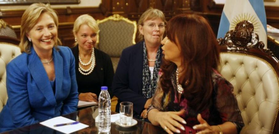Two interpreters sit between US Secretary of State Hillary Clinton and Argentina's President de Kirchner.