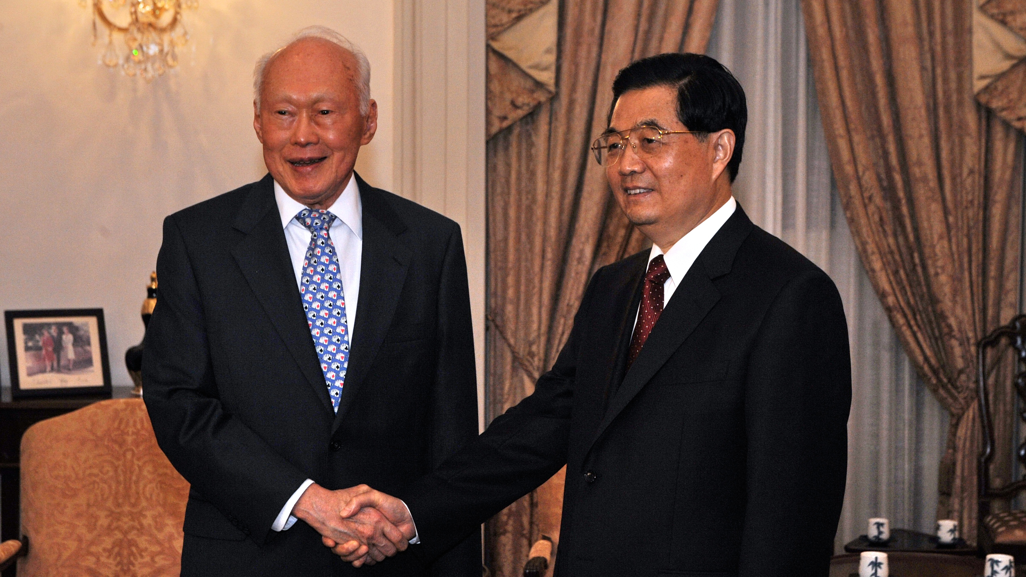 Lee Kuan Yew (L) shakes hands with China's President Hu Jintao (R) at the Istana presidential palace in Singapore on November 11, 2009.