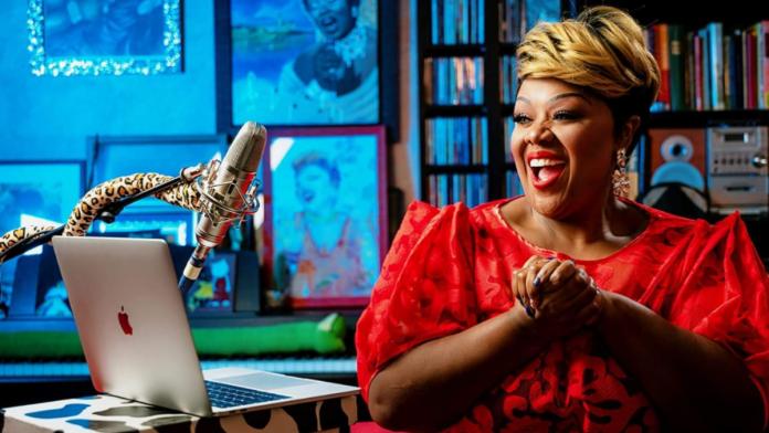 This American singer teaches Italian kids to sing like Beyoncé