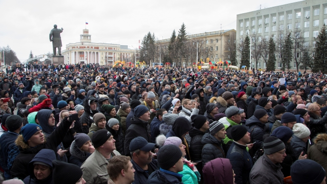 People attend a rally after the shopping mall fire, near the regional administration's building in the Siberian city of Kemerovo, Russia, March 27, 2018.