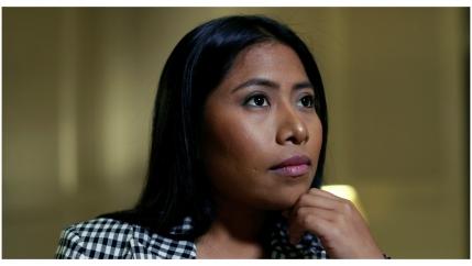 Yalitza Aparicio mira hacia un lado con su mano en el menton.