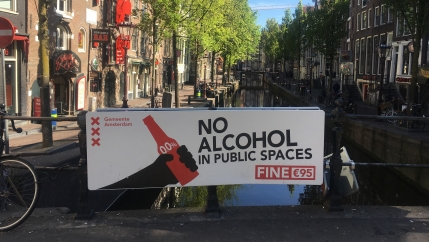 a sign in amsterdam that says you can't drink in the street