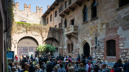 The backyard of Juliet's house in Verona with the famous balcony full of tourists.
