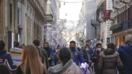 People crowd Via del Corso shopping street ahead of a Christmas Eve national lockdown due to start on Dec. 24, in Rome.