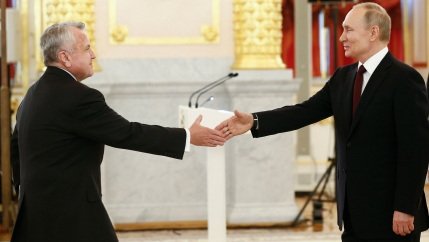 Russian President Putin and US Ambassador Sullivan about to shake hands