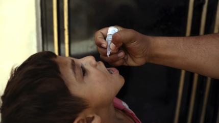 A health worker administers a vaccination to a child during a polio campaign in the old part of Kabul, Afghanistan,June 15, 2021. UNagencies are gearing up to vaccinate all of Afghanistan's children under 5 against polio after the Taliban agreed to the
