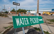 Sign pointing to a water distribution site in Flint, MI.