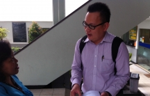 Benny Handoko discusses his Twitter defamation case with Susy Rizky, one of his supporters, after a defense hearing.