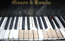 A grand piano left by the East River underneath the Brooklyn Bridge is pictured in the Manhattan on May 31, 2014.