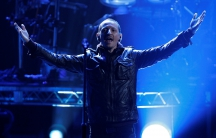 """Chester Bennington of Linkin Park performs """"Burn It Down"""" at the 40th American Music Awards in Los Angeles, California, November 18, 2012."""