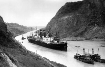 SS Kroonland is seen on 2 February 1915 at the Culebra Cut while transiting the Panama Canal. Kroonland was the largest passenger ship to that time to transit the canal.