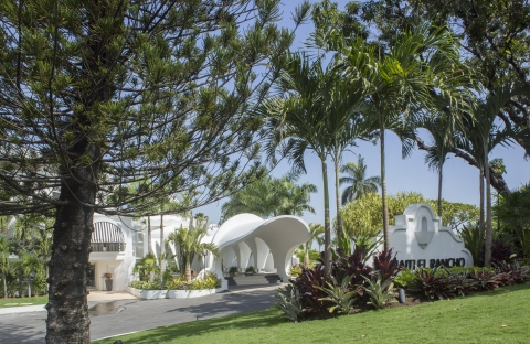 The luxurious El Rancho hotel sits on lush grounds in the city.