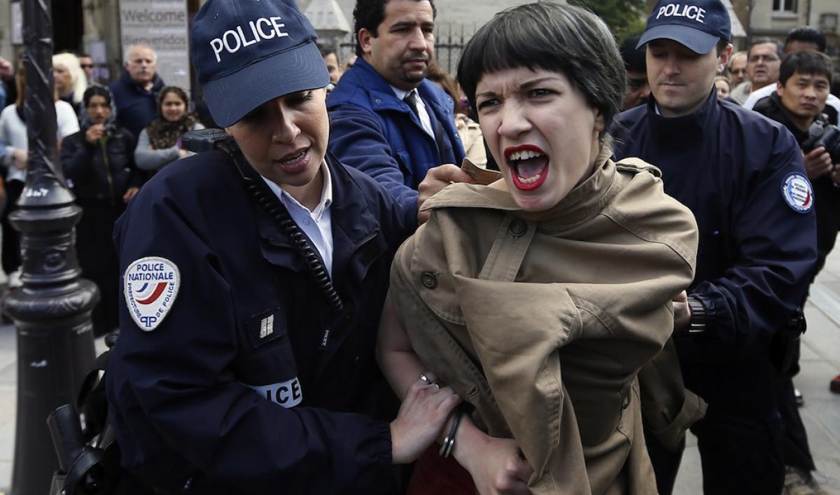femen protest louvre - photo #41