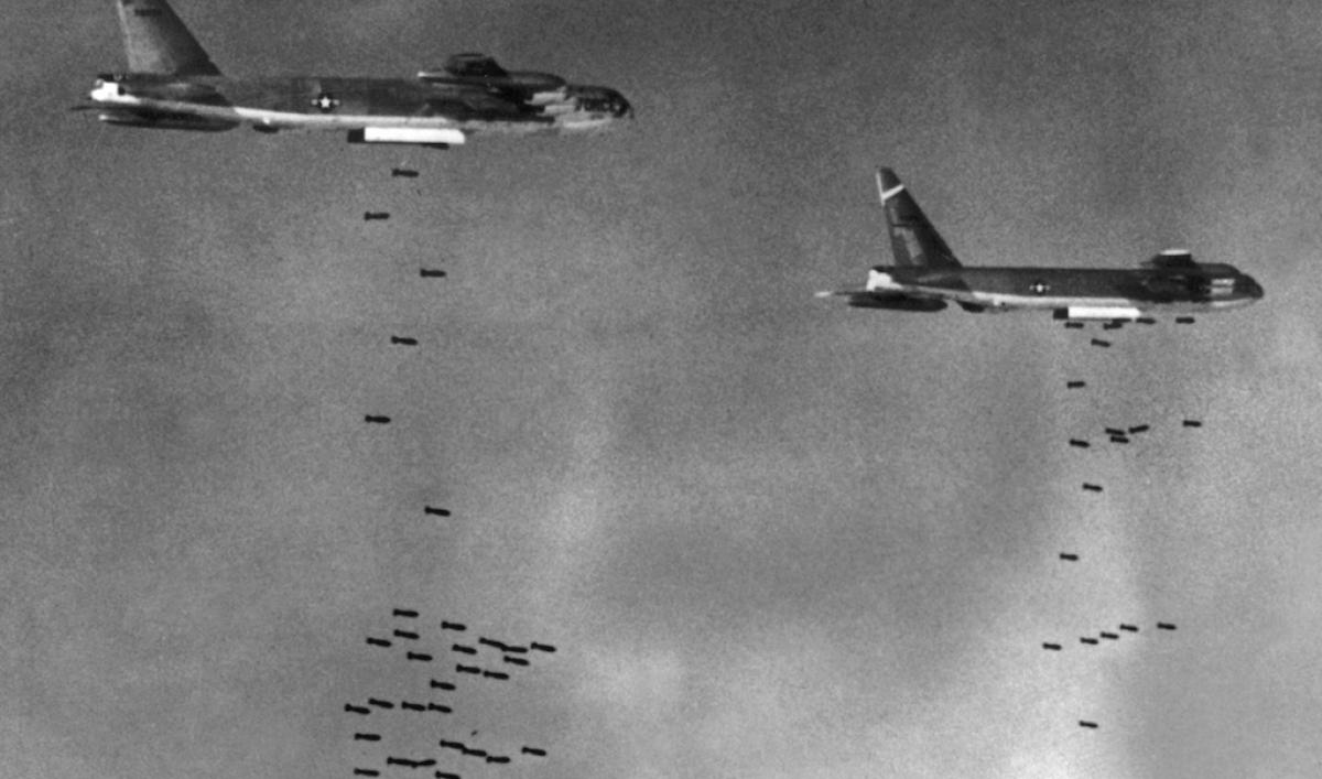 Американские бомбардировщики B-52 сбрасывают бомбы на контролируемую Вьетконгом территорию Южного Вьетнама. Август 1965 года.