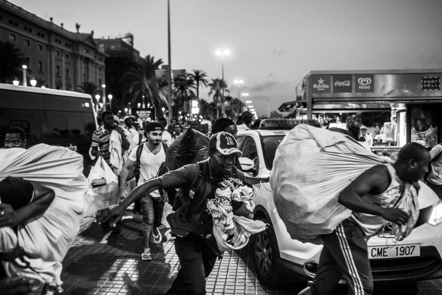 Barcelona immigrant vendors _04