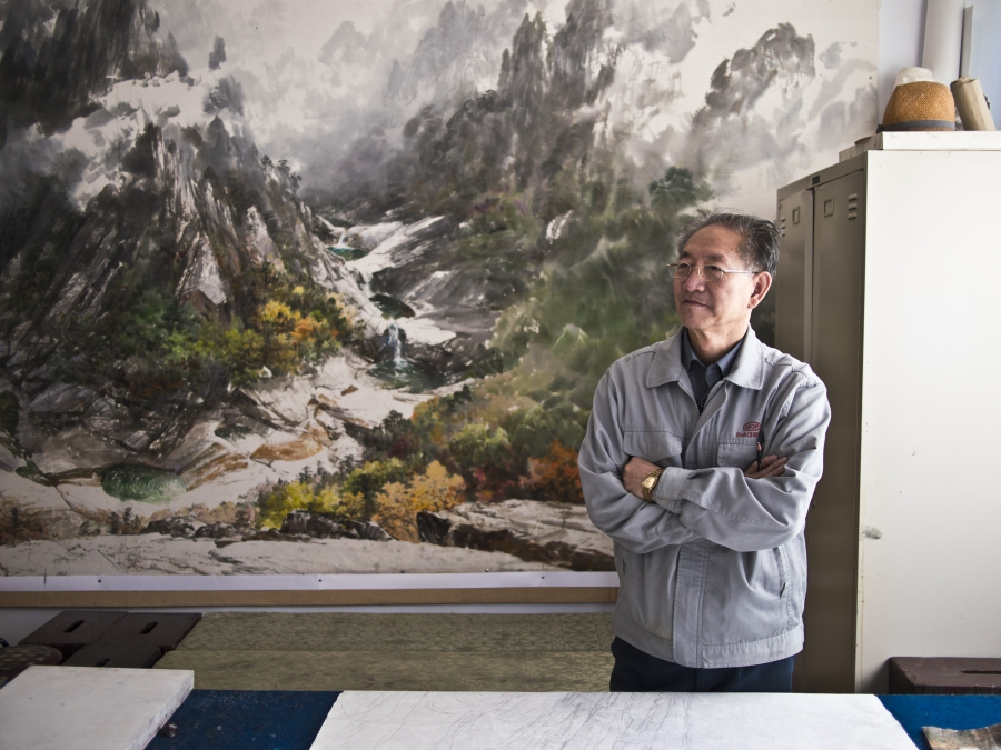 A senior artist at Mansudae Art Studio.