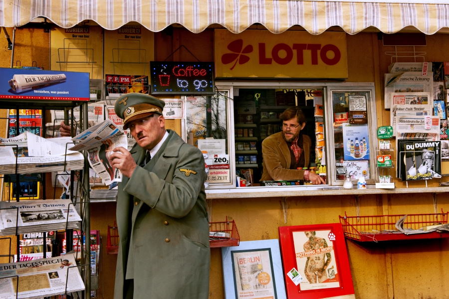 Actor Oliver Masucci as Hitler at a Berlinnews kiosk realizing he's woken up in the 21st century. (Courtesy: Constantin Film)