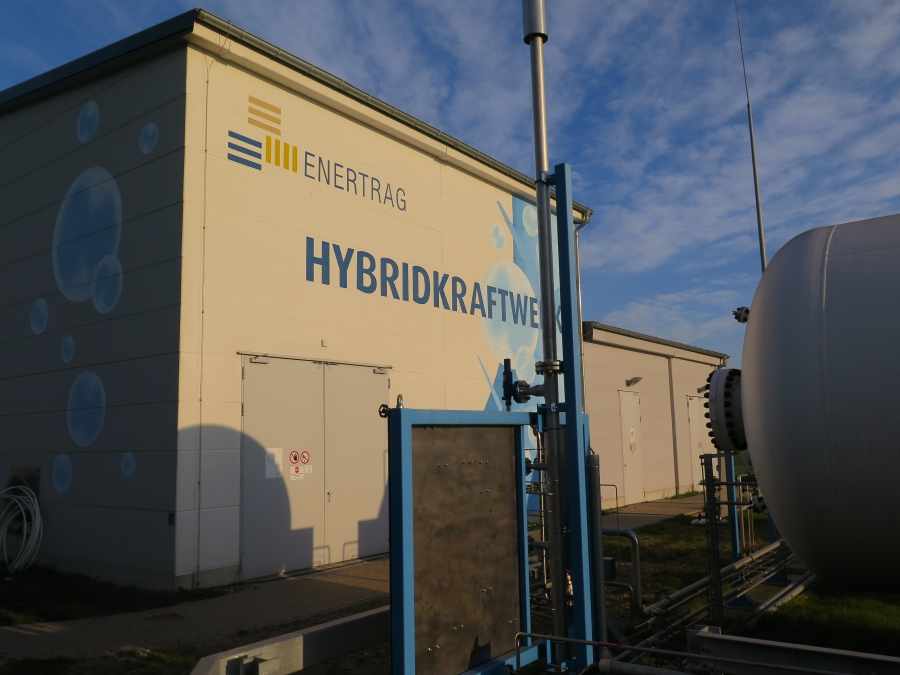 Enertrag generates its green hydrogen in this new facility in the small town of Prenzlau, developed together with the energy companies Vattenfall and Total.
