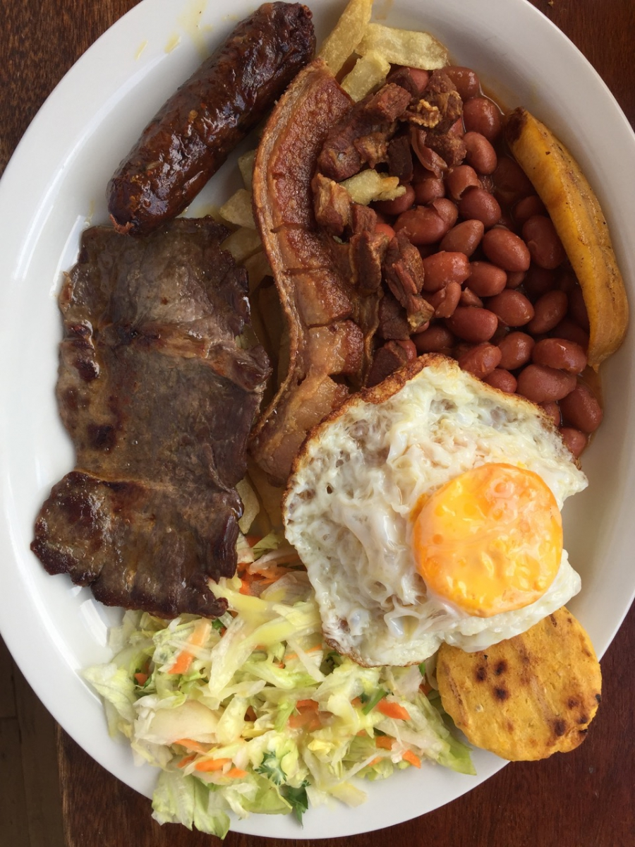 A plate of bandeja paisa.