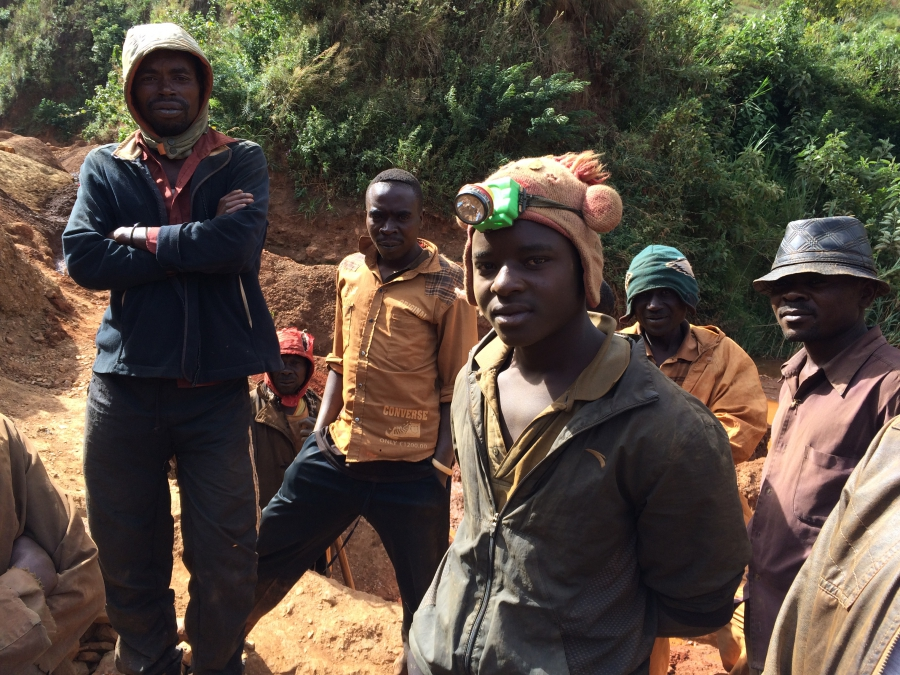 More than half of artisanal gold diggers work on mining sites where illegal armed groups or the Congolese military is regularly present.