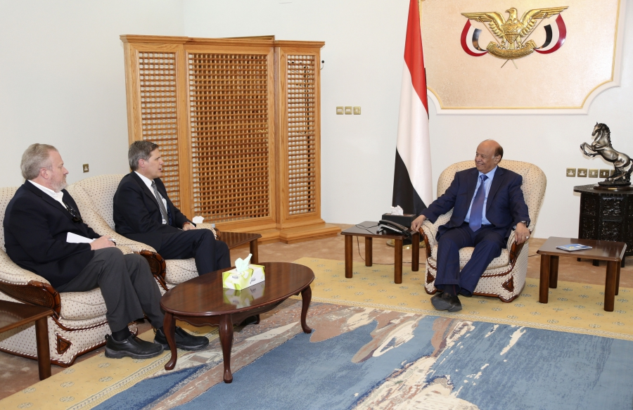 Yemen's President Abd-Rabbu Mansour Hadi (R) talks with U.S. Ambassador to Yemen Matthew H. Tueller (C) during a meeting in the southern port city of Aden March 2, 2015.