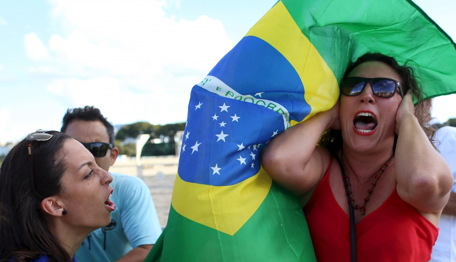 An anti-government demonstrator (L) shouts slogans against a supporter of Brazil's President Dilma Rousseff during a protest against the appointment of former President Luiz Inacio Lula da Silva as a minister, in front of the Planalto Palace in Brasilia,