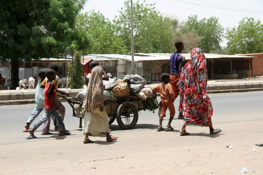 People flee with their belongings in Maiduguri in Borno State, Nigeria May 14, 2015.