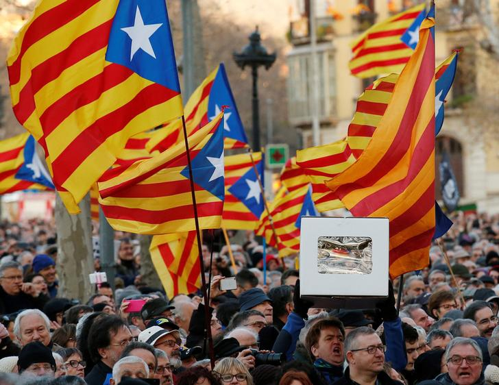 ​Protestors wave Catalan Estelada flags and hold up a faux ballot box as they await the arrival of former Catalan President Artur Mas outside court in Barcelona, Spain, February 6, 2017.