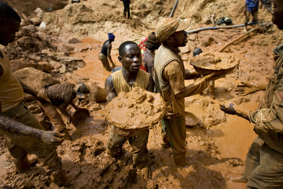 Gold miners form a human chain while digging an open pit at the Chudja mine near the village of Kobu, in northeastern DRC, Feb. 23, 2009.