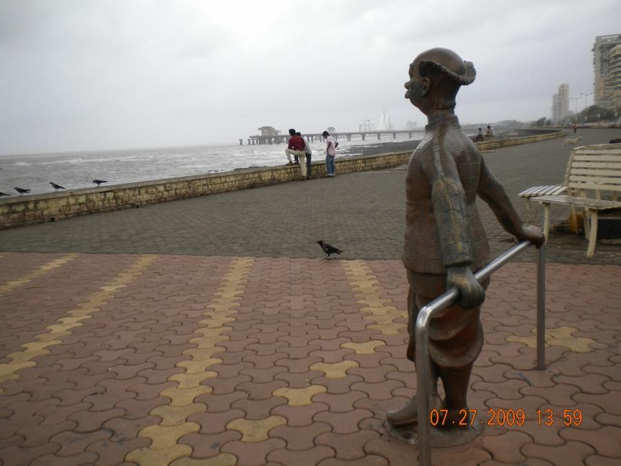 Sculpture of R.K. Laxman's 'Common Man' facing the Arabian Sea in Mumbai in 2009.