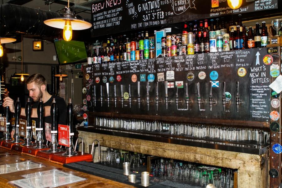 Ketuk di sebuah bar