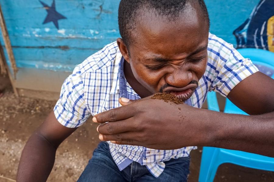 Modeda Isambaboza sniffing tobacco