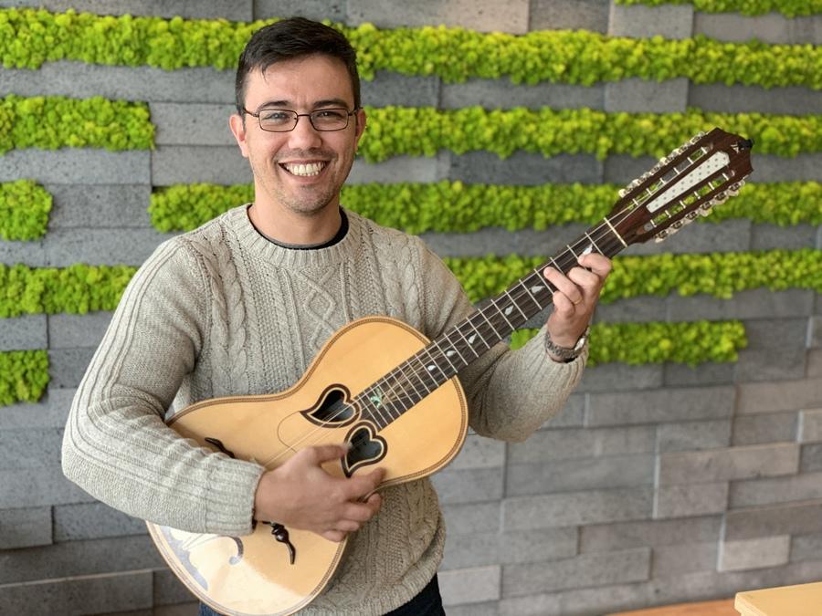 A man with a viola da terra