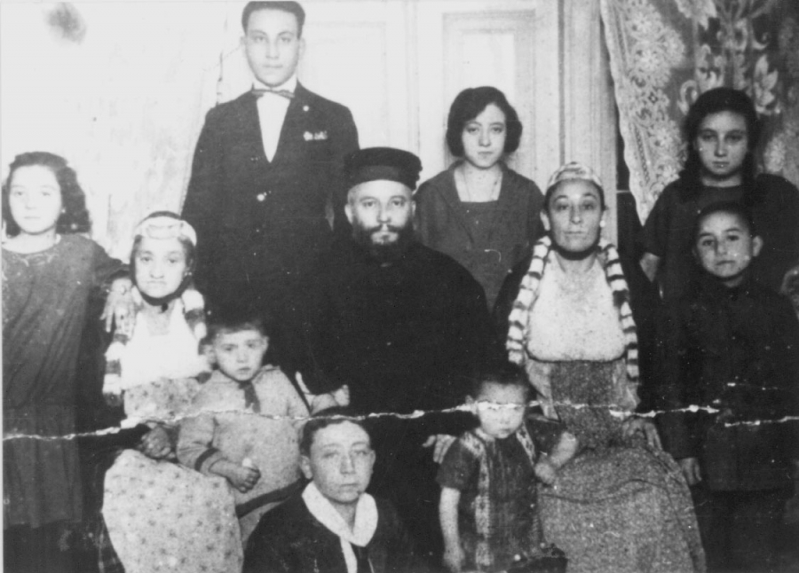 A black and white photo of a family from Salonica