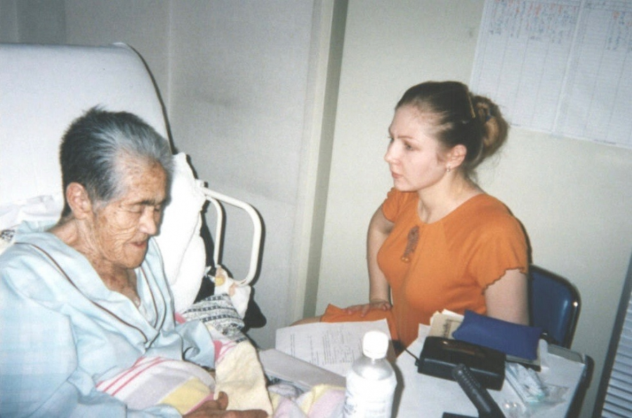 Linguist Anna Bugaeva interviews Ainu speaker Ito Oda in her hospital room.