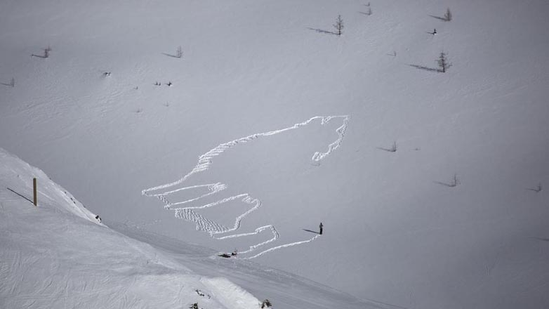 Simon Beck making the outline of his howling wolf image.