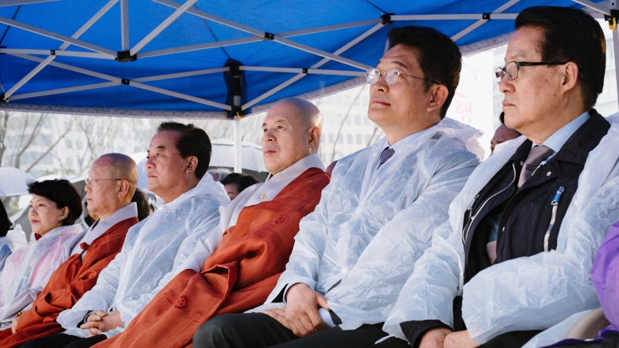 Top officials from most of the major political parties in South Korea attended a ritual in downtown Seoul on April 5th, 2017. They sat alongside The Most Venerable Ja Seung (third from right), head of the Jogye Order of Korean Buddhism.