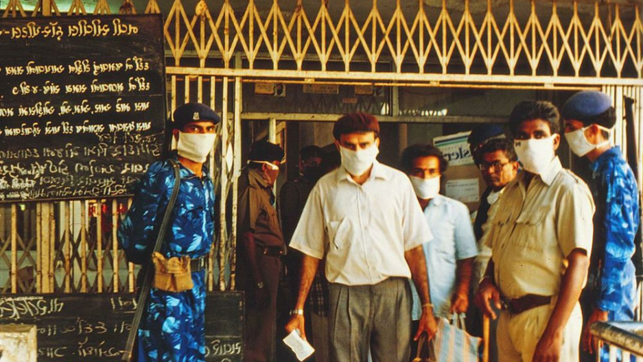 The Indian military enforcing a quarantine of Surat's hospital in 1994, during an outbreak of plague in that city. Photo by Laurie Garrett