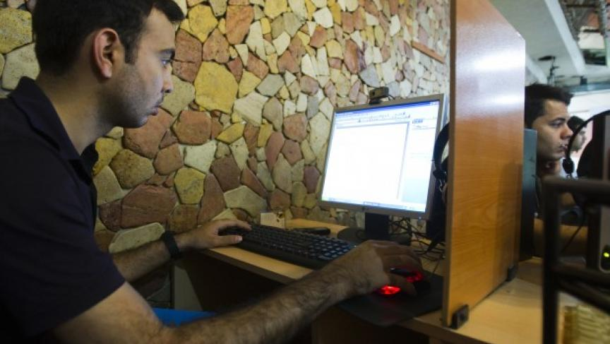A customer uses a computer at an internet cafe in Tehran. (Photo: REUTERS/Raheb Homavandi)