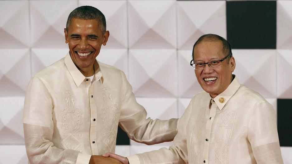 Barack Obama shakes hands with Philippine President Benigno Aquino