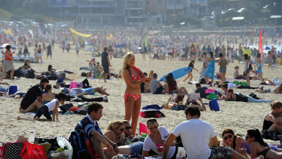 Australian beach cultures : the history of sun, sand, and surf, Douglas Booth
