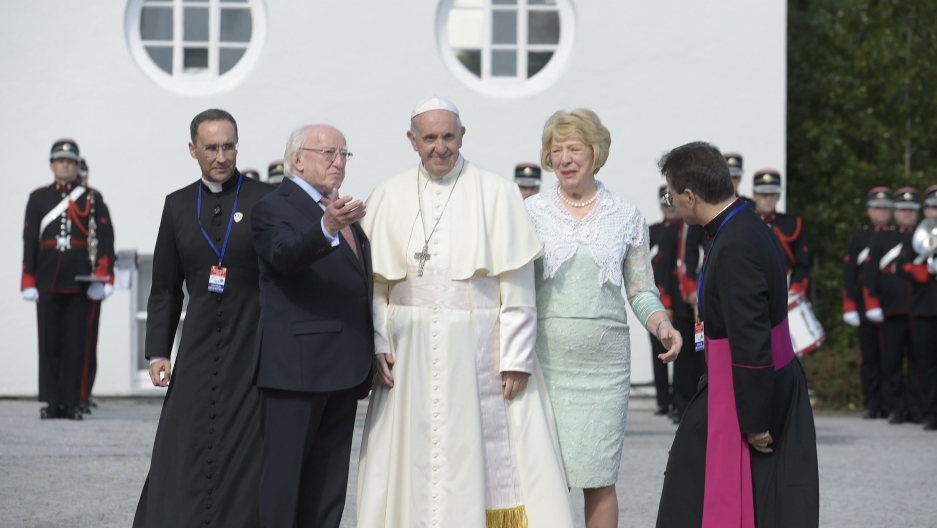 Pope Francis poses next to Ireland's President Michael Higgins and his wife