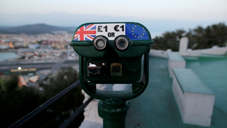 Tourist binoculars with option to pay in pounds or euros.