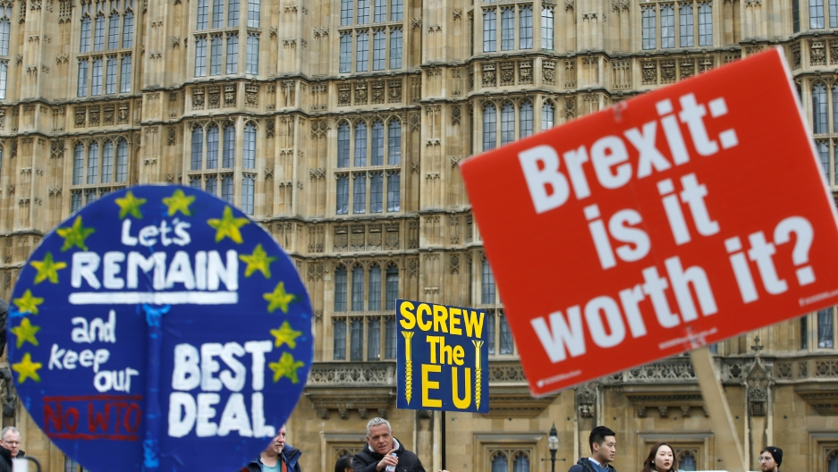 Pro- and anti-Brexit signs